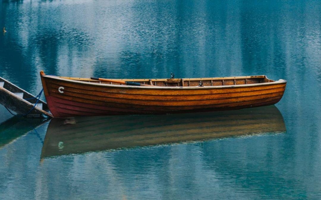Peddelen in je roeiboot en zien wat je achterlaat